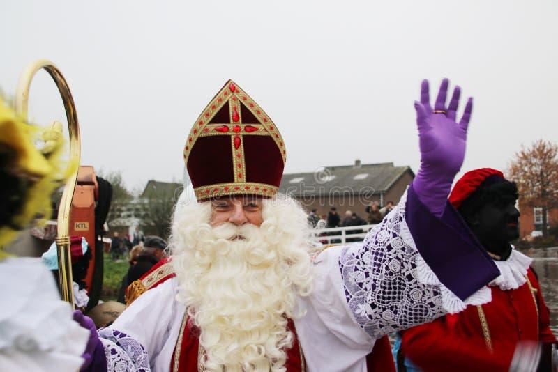 Sinterklaas en los Países Bajos, celebración tradicional holandesa como Santa Claus con mucha discusión sobre el negro Pete del a fotografía de archivo libre de regalías