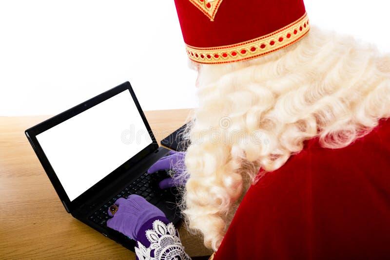 Sinterklaas mit Notizbuch oder Laptop stockfoto