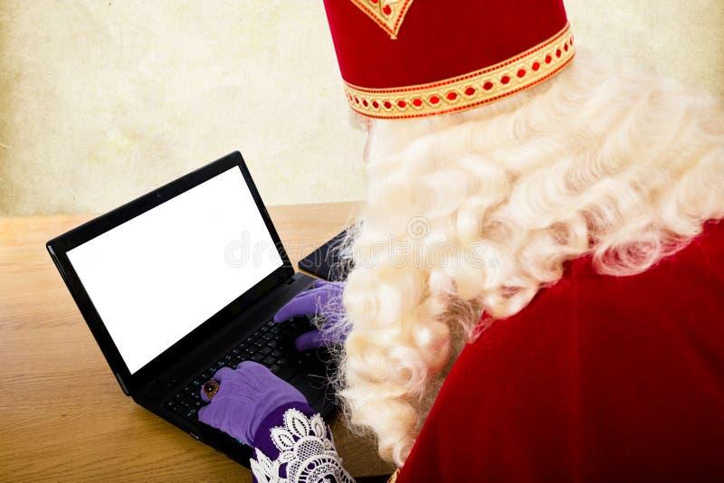 Sinterklaas mit Notizbuch oder Laptop stockbild