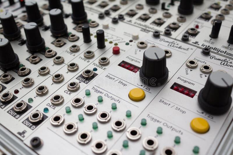 Sintetizador análogo, botões macro no equipamento da música foto de stock royalty free