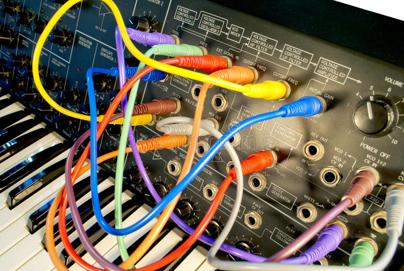 Sintetizador do vintage com cabos coloridos do trajeto imagens de stock royalty free