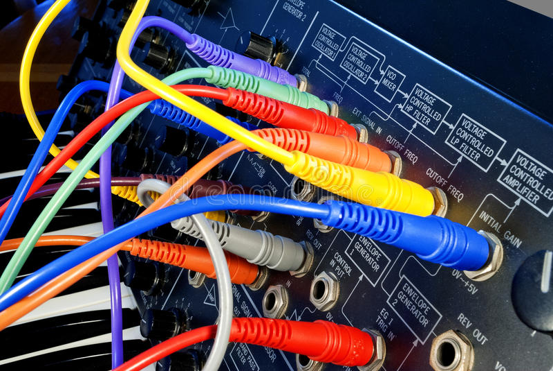 Sintetizador do vintage com cabos coloridos do trajeto fotografia de stock royalty free