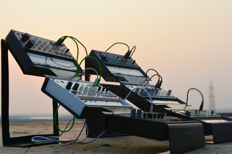 Sintetizador nos suportes exteriores com por do sol no fundo imagem de stock