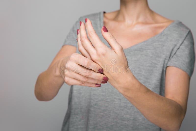 Sintomas da doença do ` s de Parkinson Feche acima do tremor que agita as mãos do paciente de meia idade das mulheres com doença  imagens de stock royalty free