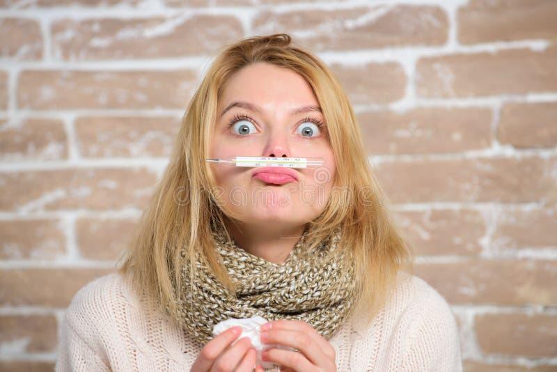 Sintomi e cause di febbre Termometro e tessuto della tenuta della ragazza Temperatura di misura Rimedi di febbre della rottura Ad fotografia stock