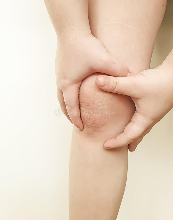 Sintomo di dolore del ginocchio del ragazzo fotografia stock libera da diritti