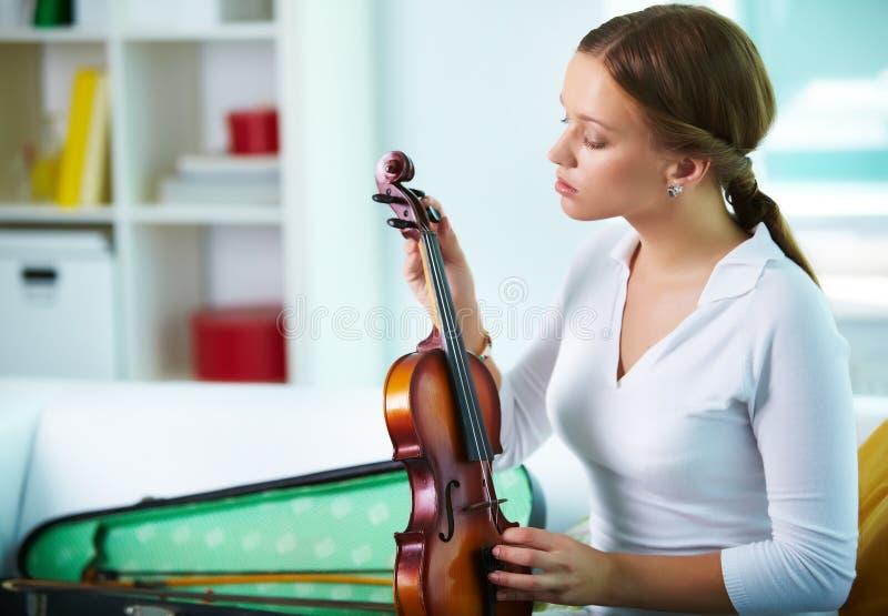 Sintonizzazione del violino immagini stock libere da diritti