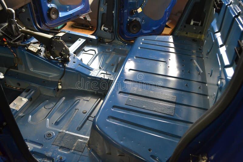 Sintonizzazione dell'automobile in un corpo del camioncino con tre strati dell'isolamento di rumore immagine stock libera da diritti