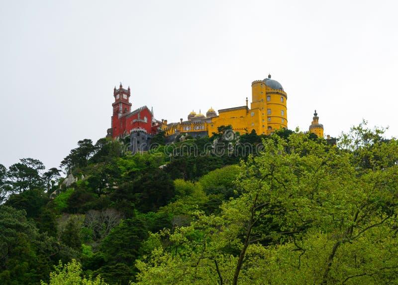 Sintra,葡萄牙/欧洲;15/04/19:葡萄牙辛特拉的罗马主义佩纳宫 欧洲最美丽的宫殿之一 免版税库存照片