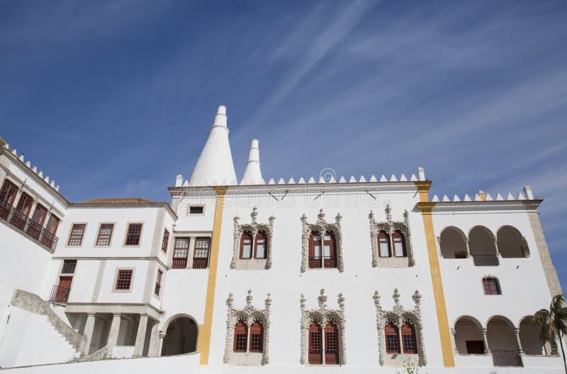 Sintra kallade den nationella slotten Palacio Nacional de Sintra också Stad Slott med distinkta lampglas på en typisk dimmig dag royaltyfri bild