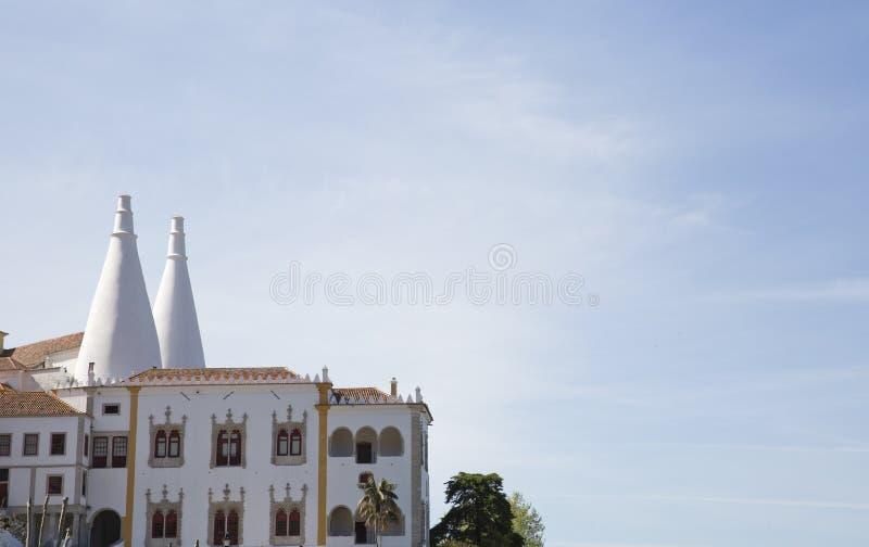 Sintra kallade den nationella slotten Palacio Nacional de Sintra också Stad Slott med distinkta lampglas på en typisk dimmig dag royaltyfri foto