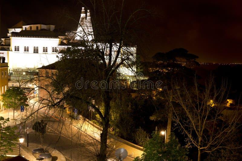 Sintra kallade den nationella slotten Palacio Nacional de Sintra också Stad Slott med distinkta lampglas på en typisk dimmig dag arkivfoto