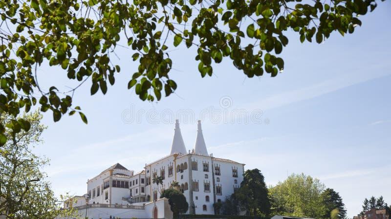 Sintra kallade den nationella slotten Palacio Nacional de Sintra också Stad Slott med distinkta lampglas på en typisk dimmig dag royaltyfria bilder