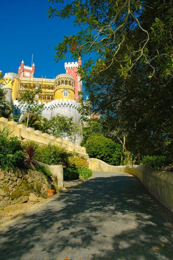 Sintra Pena Krajowy pałac, las i kolor żółty Łukowata galeria, obraz stock