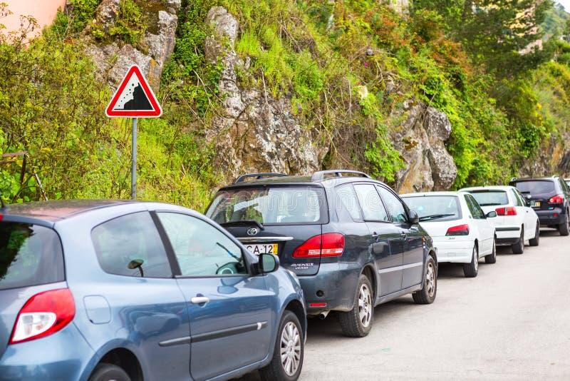 Sintra, Portogallo 2016 06 16 - automobili che stanno vicino al segnale stradale fotografie stock