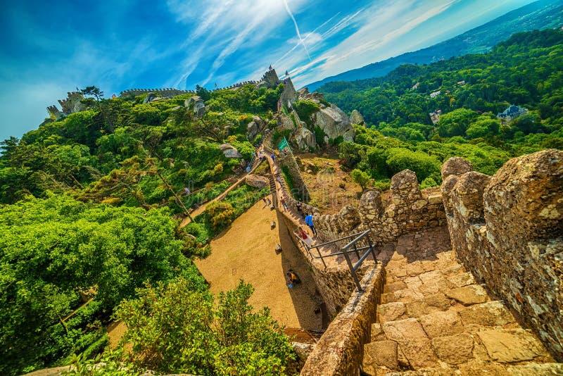 Sintra, Portogallo: il castello del attracca, DOS Mouros di Castelo fotografia stock