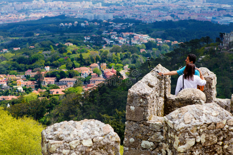 Sintra, Portugal, 2015 04 20 - un couple sur Mourish se retranche photos stock