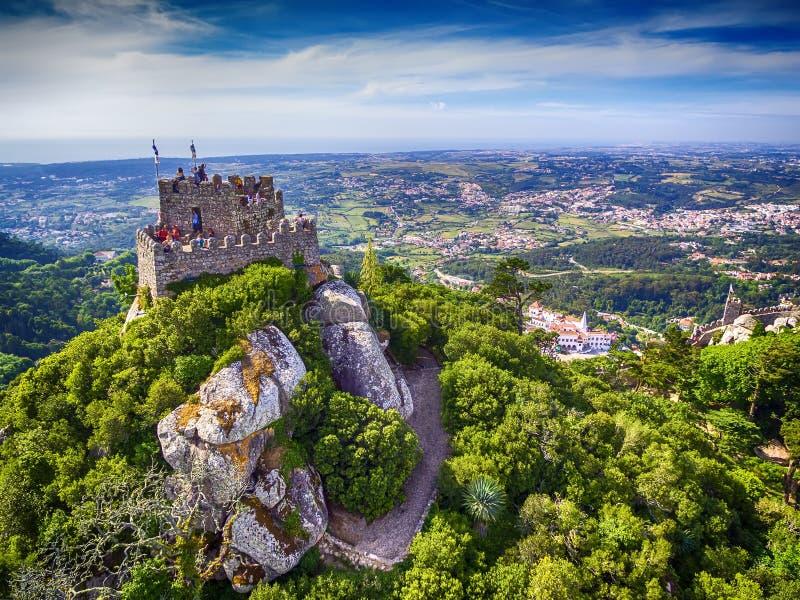 Sintra, Portugal: a vista superior aérea do castelo do amarra, dos Mouros de Castelo, situado ao lado de Lisboa fotos de stock royalty free