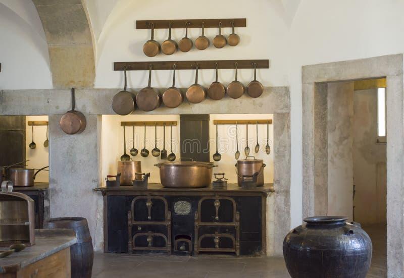 SINTRA SLOTTPENA, PORTUGAL - AUGUSTI 08, 2017: Kopparkökredskap på köket av den nationella slotten Pena, Portugal arkivbild