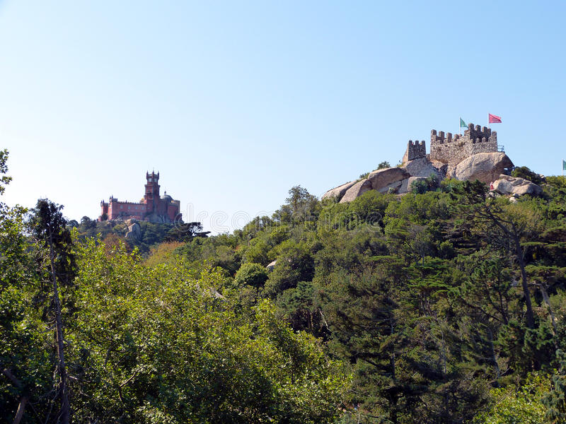 Sintra: twee kastelen op heuvels stock foto