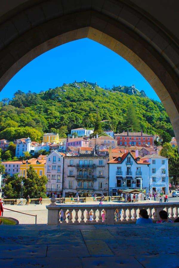 Sintra wioski kwadrat, podróż Lisbon, Mauretański kasztel, Grodzki pałac balkon obraz stock