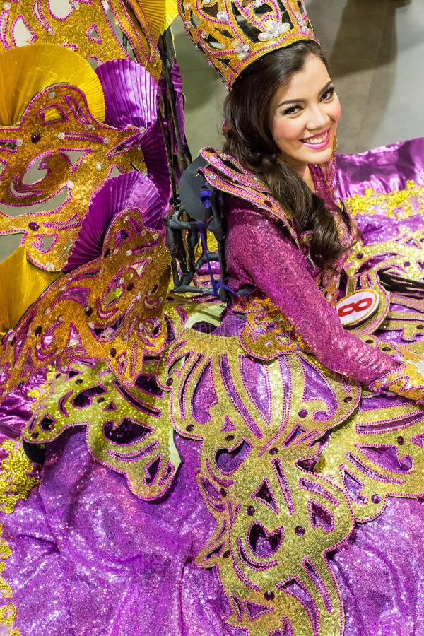 Sinulogdanser met mooi purper kostuum royalty-vrije stock fotografie