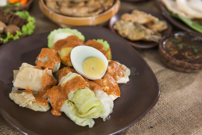 Siomay alimento indonesiano tradizionale con la salsa dell'arachide immagini stock libere da diritti