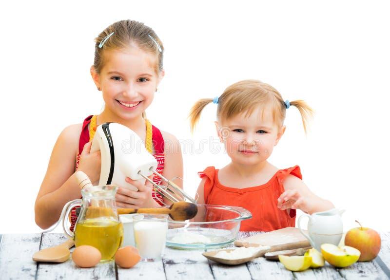 Download Siostr gotować zdjęcie stock. Obraz złożonej z jajka - 53790422