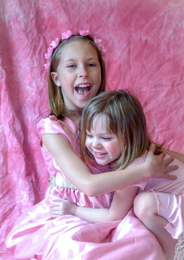 Siostra śmiech i ściska each inny fotografia stock