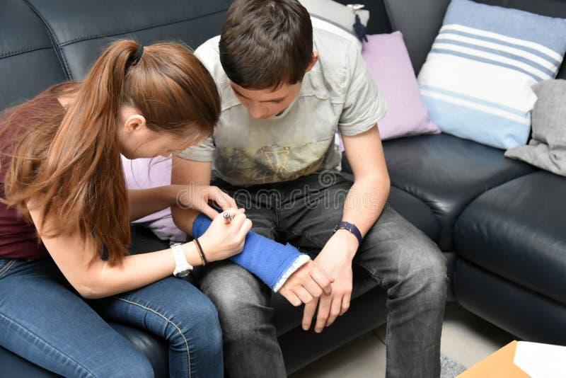 Siostra podpisuje autografy na obsadzie zdjęcie royalty free