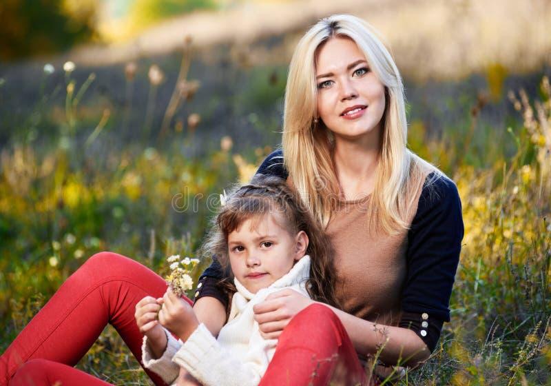 Siostry ściska w trawa portrecie zdjęcie stock