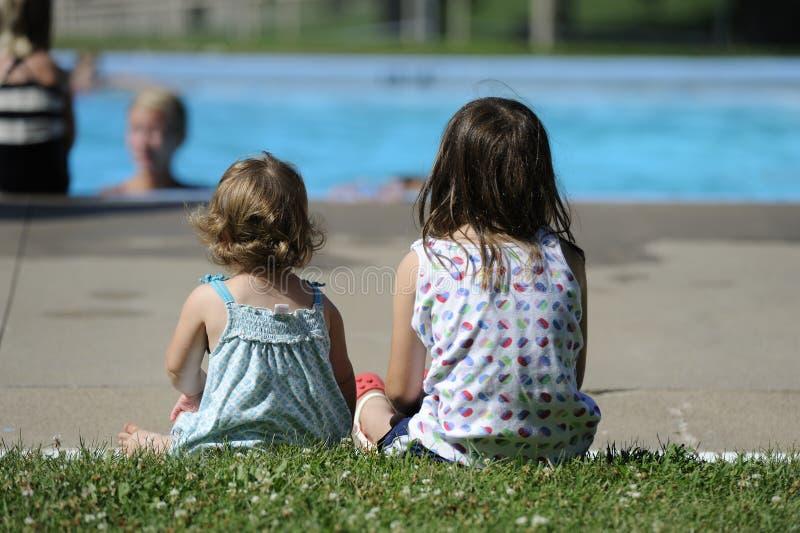 Siostry basenem zdjęcie stock