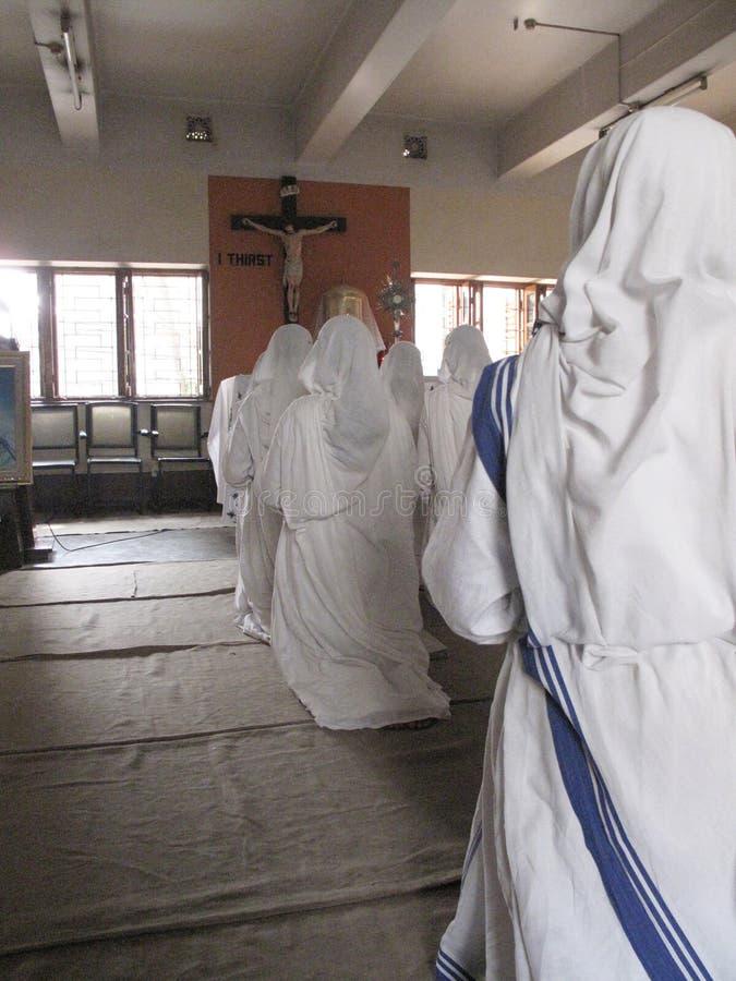 Siostry Macierzyści Teresa misjonarzi dobroczynność w modlitwie obraz stock