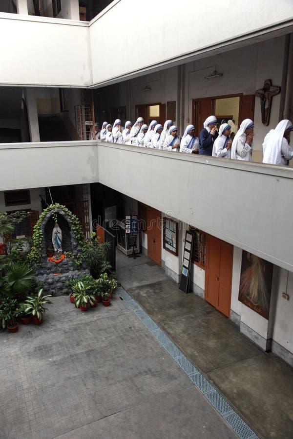 Siostry misjonarzi dobroczynność przy msza w kaplicie Matkują dom, Kolkata fotografia stock