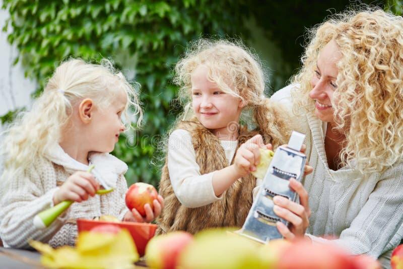 Siostry naciera jabłka zdjęcia royalty free