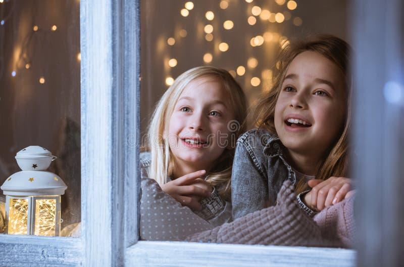 Siostry patrzeje gwiazdy zdjęcia royalty free