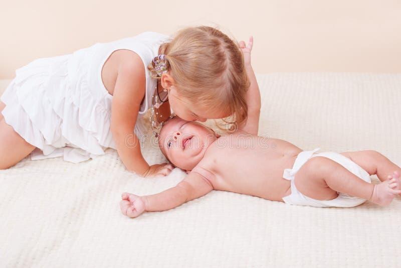 Siostrzany całowanie jej dziecko brat zdjęcie royalty free