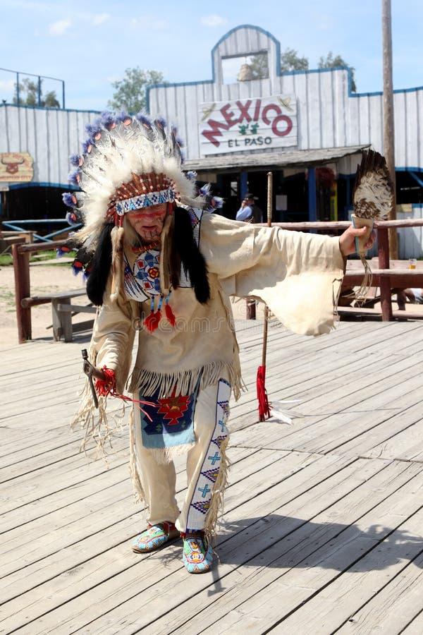 Sioux que bailan danza ritual imagenes de archivo