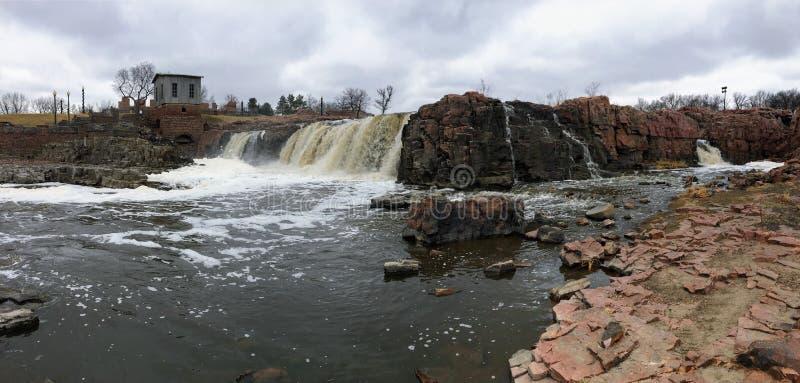 Sioux River grande fluye sobre rocas en Sioux Falls South Dakota con las opiniones la fauna, ruinas, trayectorias del parque, pue fotografía de archivo libre de regalías