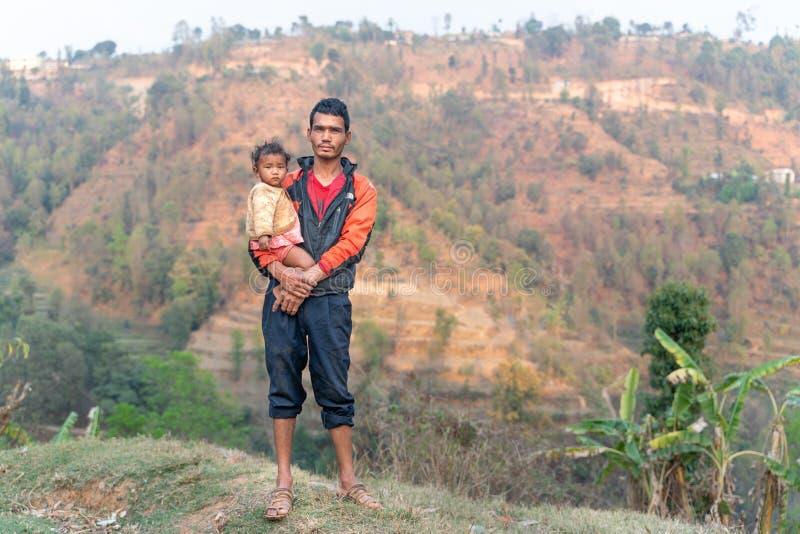 Sipaghat/尼泊尔28 07 2019年:父亲和儿子在小村庄 免版税图库摄影