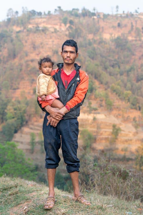 Sipaghat/Nepal-28 07 2019: El padre y el hijo en pequeño pueblo imagen de archivo