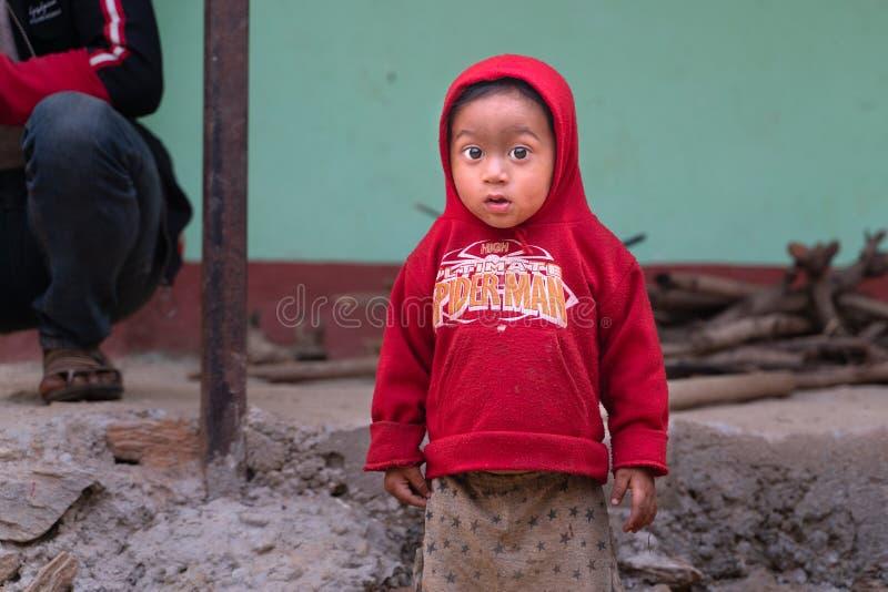Sipaghat/Nepal-28 07 2019: El pequeño niño pequeño del pueblo imagen de archivo