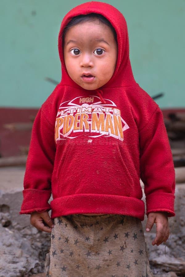 Sipaghat/Nepal-28 07 2019: El pequeño niño pequeño del pueblo imagen de archivo libre de regalías