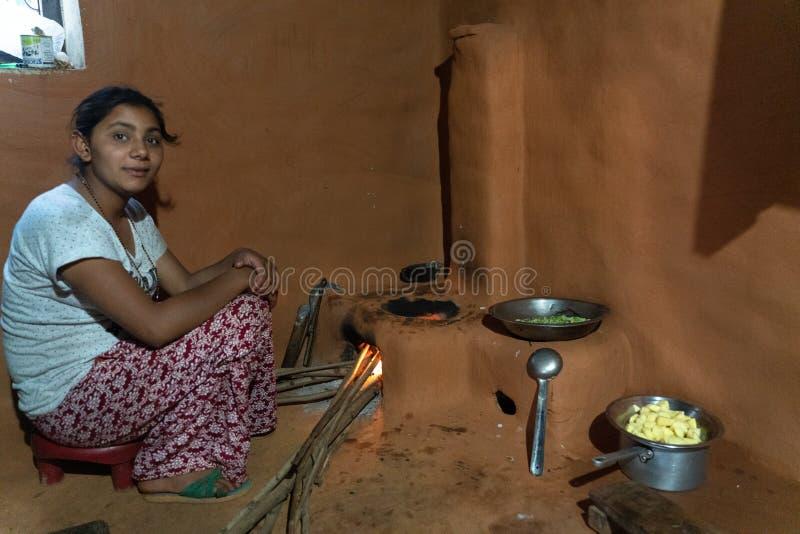 Sipaghat/Nepal-28 07 2019: La visión dentro de la cocina nepalesa fotos de archivo libres de regalías