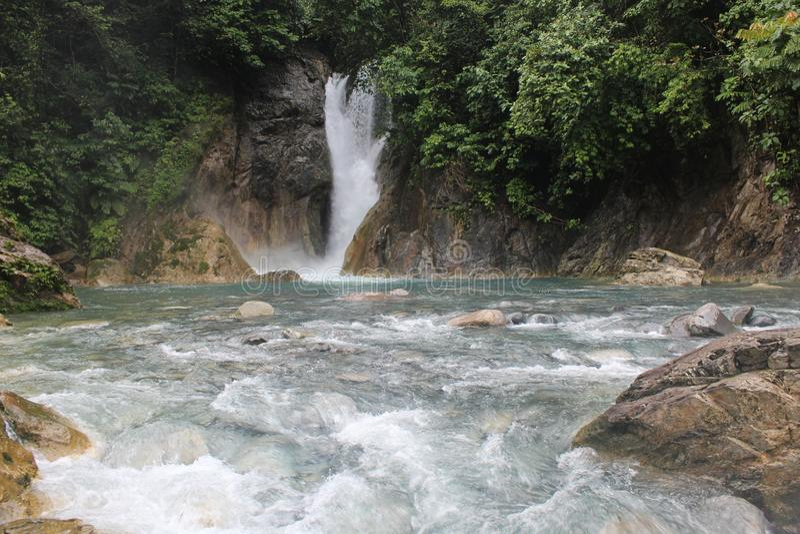 Sipagogo van de schoonheids scenary waterval in situak, sumatra barat provincie royalty-vrije stock foto