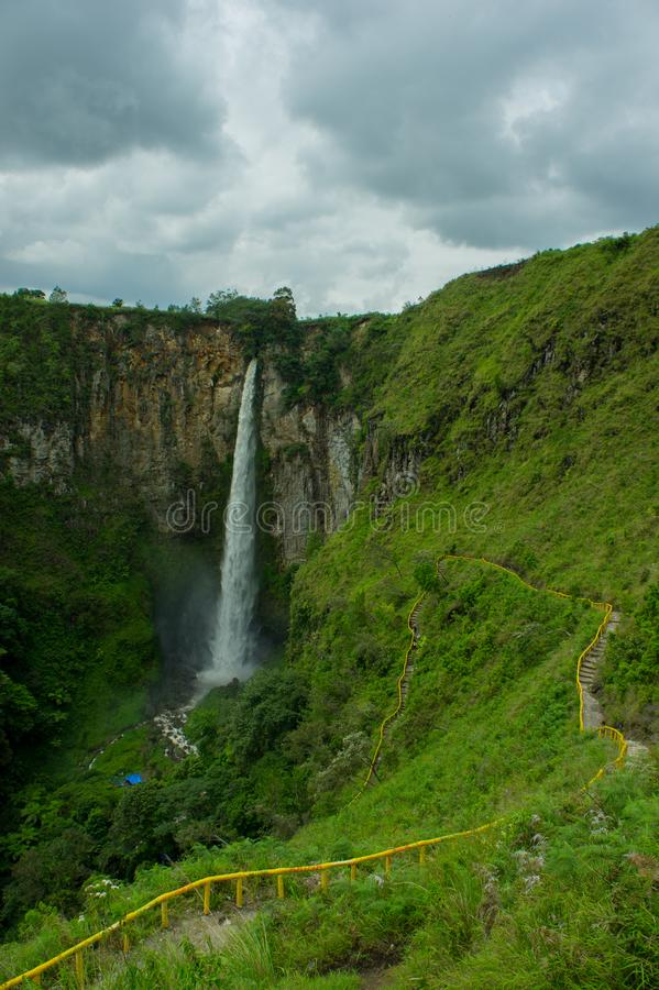 Download Sipiso-pisowasserfall stockfoto. Bild von tourismus - 106802066