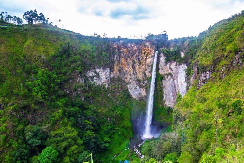 Sipisopiso vattenfall, Medan, Indonesien arkivbilder