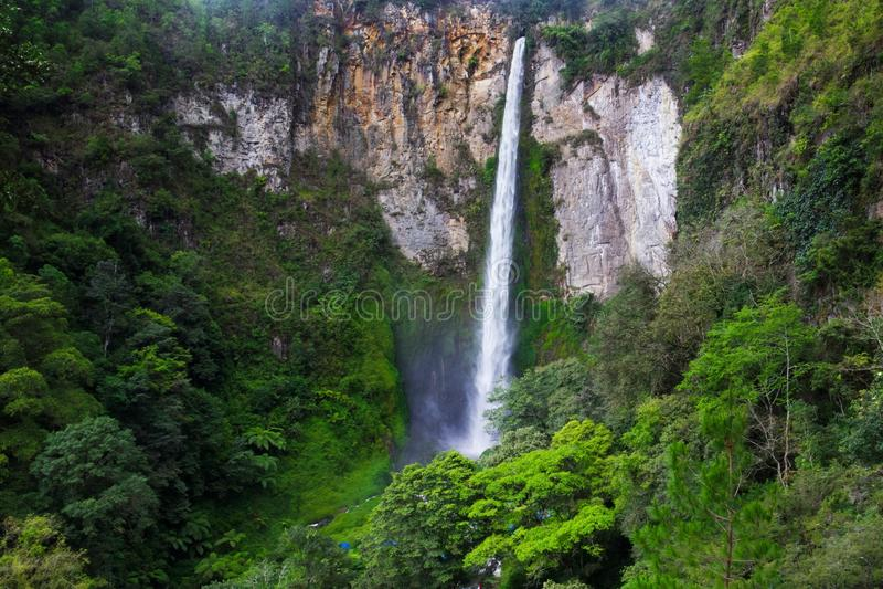 Sipisopiso vattenfall, Medan, Indonesien arkivbild
