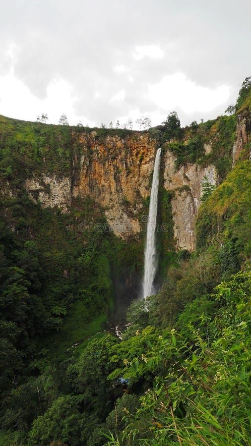 Sipisopiso-Wasserfall an Tonging-Dorf, Nord-Sumatra, Indonesien lizenzfreie stockfotos