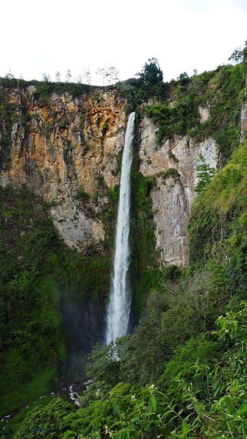 Sipisopiso-Wasserfall an Tonging-Dorf, Nord-Sumatra, Indonesien lizenzfreies stockbild